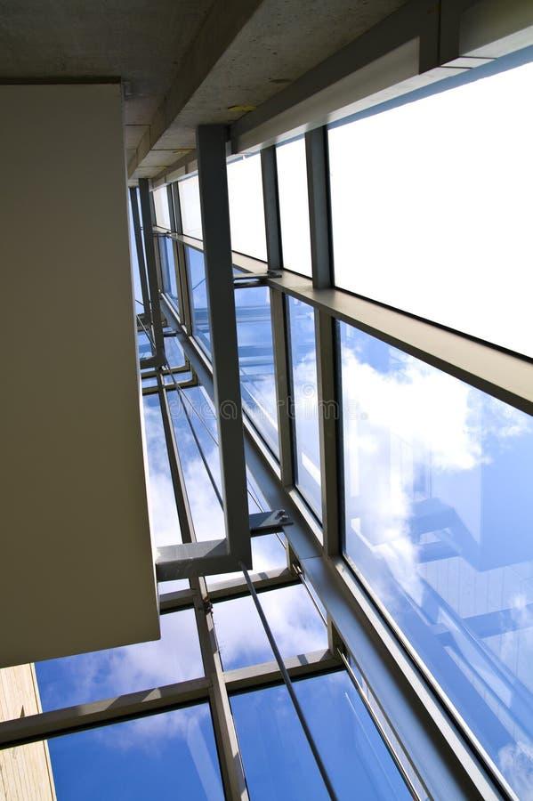 Le mur en verre dans l'immeuble de bureaux a tiré de l'intérieur images stock