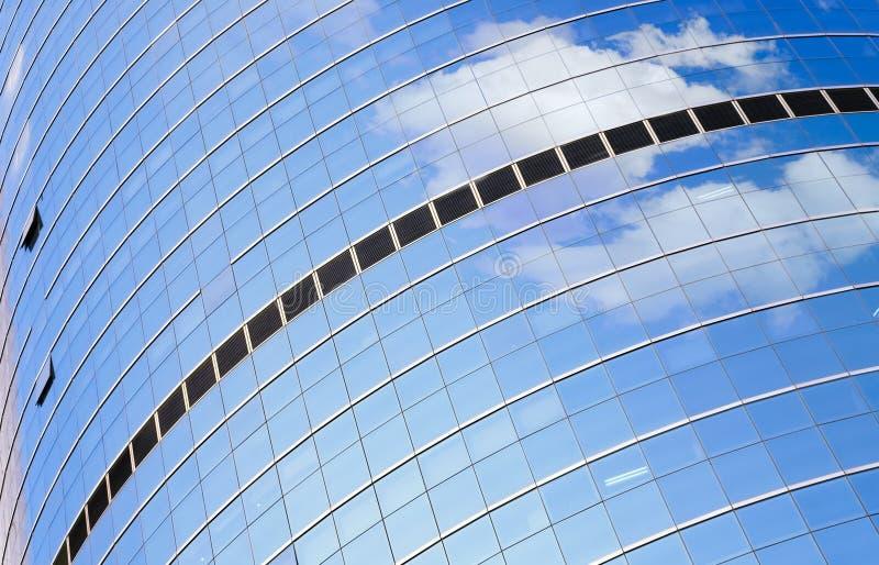 Le mur en verre de l'immeuble de bureaux photographie stock libre de droits