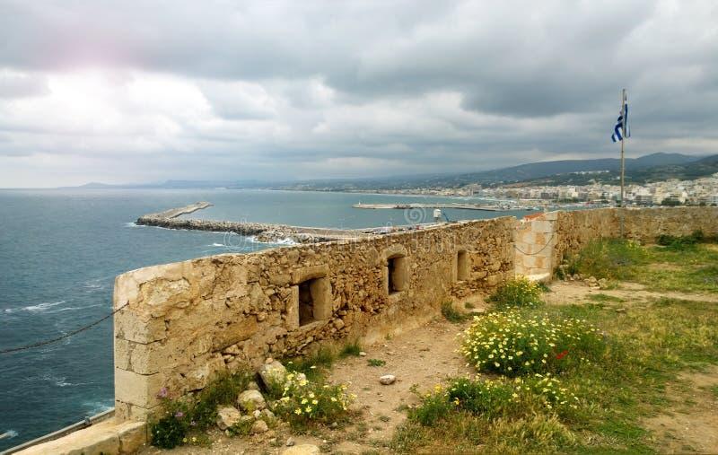 Le mur enrichi de la ville de Rethymno sur l'île de Crète dans la perspective de vue de mer et de ville images libres de droits
