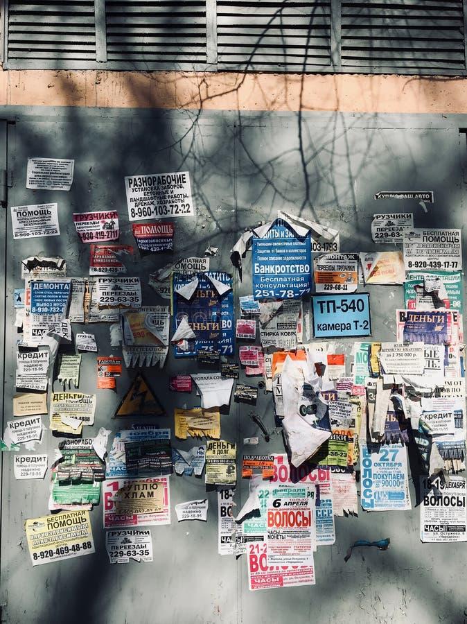 Le mur est couvert de vieilles annonces photo libre de droits