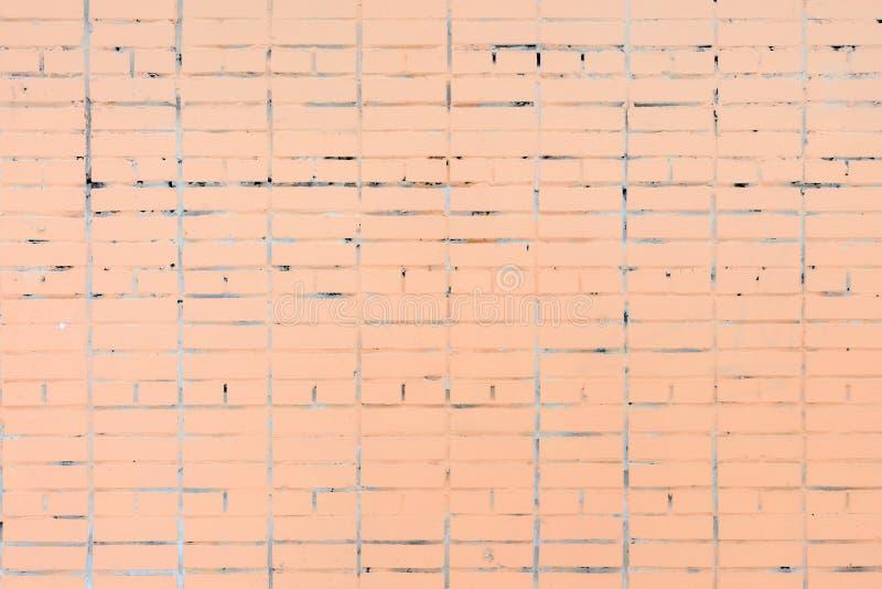 Le mur est fait en brique, peint dans une couleur orange pâle Beau fond Place vide photographie stock