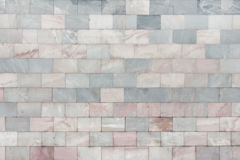 Le mur est fait en gris et pâle de marbre - les tuiles roses Belle texture en pierre Fond vide photos libres de droits