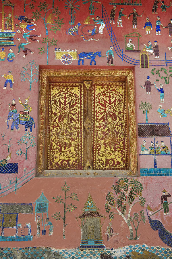 Le mur extérieur avec la beaux mosaïque et or a peint la fenêtre du pavillon au temple de lanière de Xieng dans Luang Prabang, La photos stock