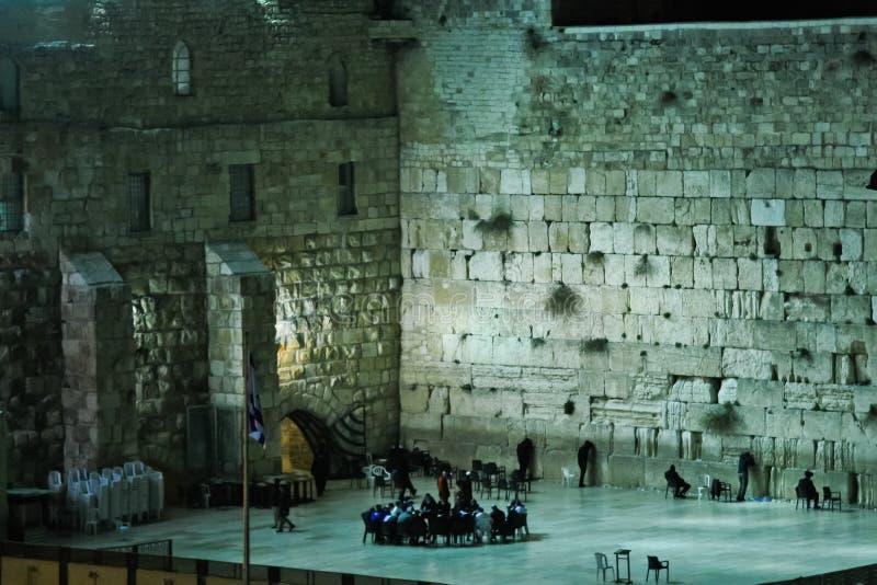 Le mur pleurant à Jérusalem la nuit Réunion des croyants dedans images libres de droits