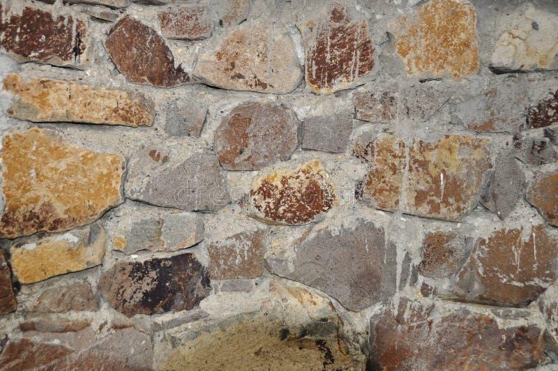 Le mur toujours en pierre en construction, mortier joint pour être complet photo stock