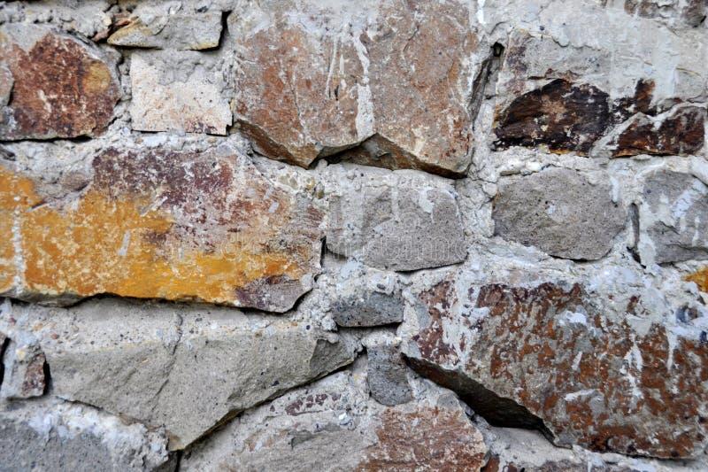 Le mur toujours en pierre en construction, mortier joint pour être complet photographie stock libre de droits
