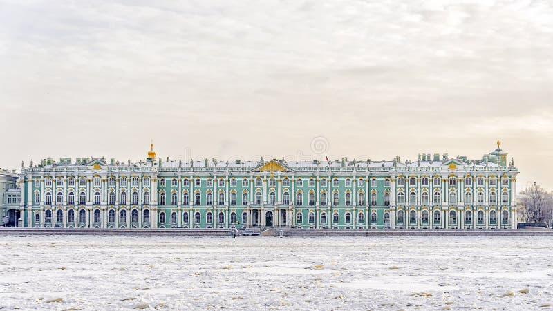 Le musée d'ermitage d'état vue d'hiver du Neva congelé image stock