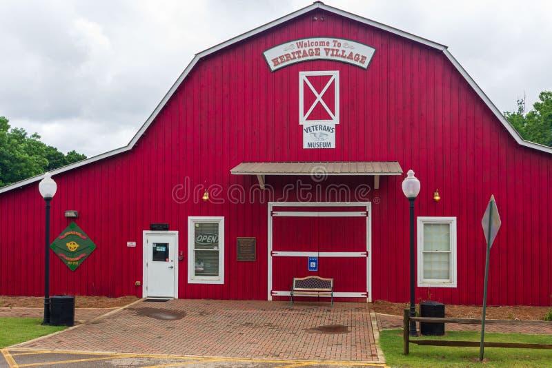 Le musée du vétéran dans le village d'héritage au parc d'héritage est dans une grange rouge photo libre de droits