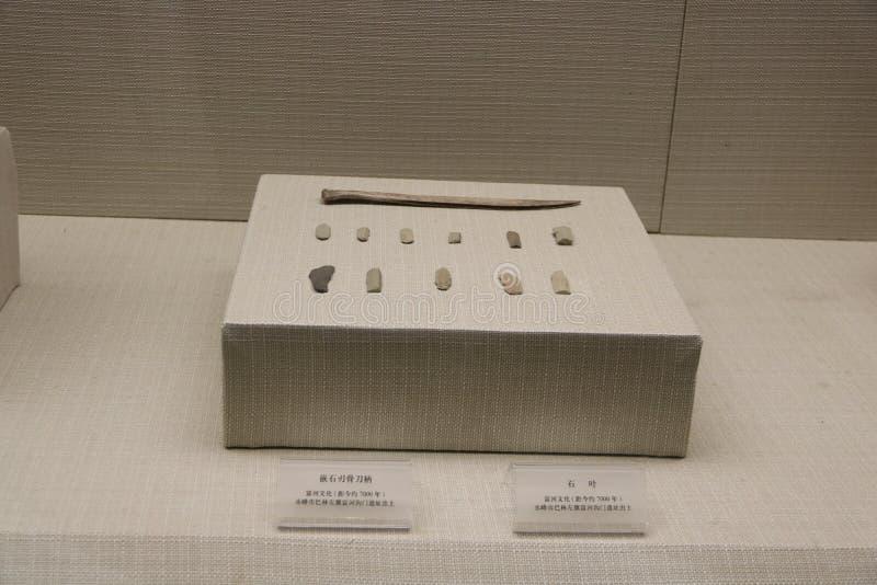 Le musée rouge chinois de culture de montagne montre des découvertes archéologiques des outils en pierre employés par les personn photos stock
