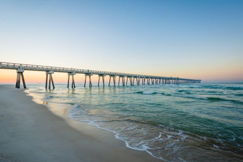 Le mus?e de M B Miller County Pier et le Golfe du Mexique au lever de soleil, en plage de Panamá City, la Floride image libre de droits