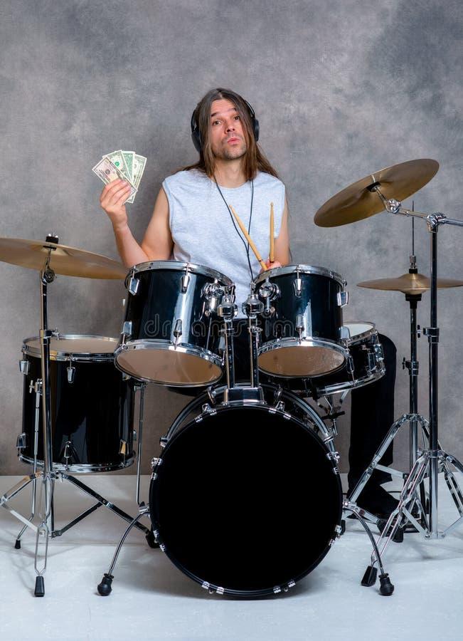 Le musicien avec son tambour noir a placé avec son salaire photos libres de droits