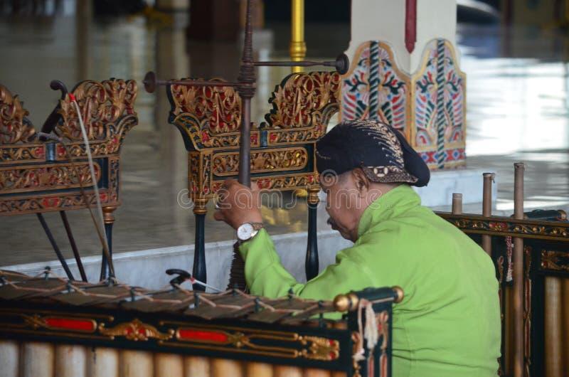 Le musicien de la musique ficelée Javanese photo libre de droits