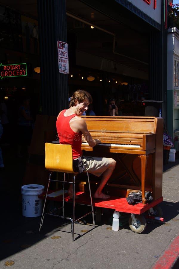 Le musicien de rue de piano amuse des visiteurs photo stock