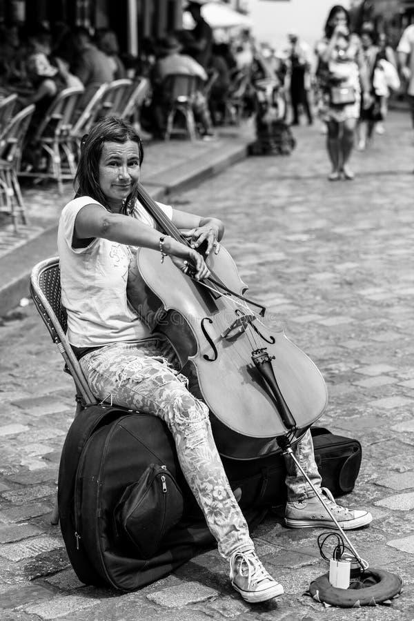 Le musicien de rue joue le violoncelle extérieur dans les distr de Montmartre image stock