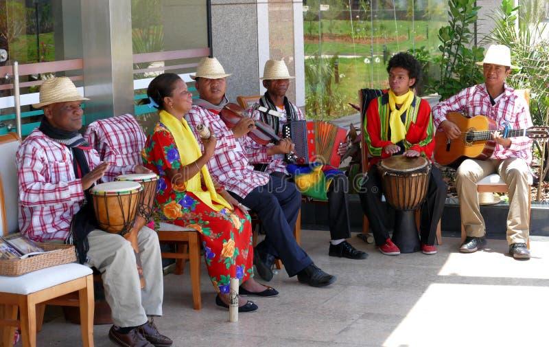 Le musicien du Madagascar joue la musique un jour ensoleillé image stock