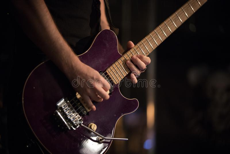 Le musicien inconnu joue la guitare dans la barre de jazz, représentation vivante images stock