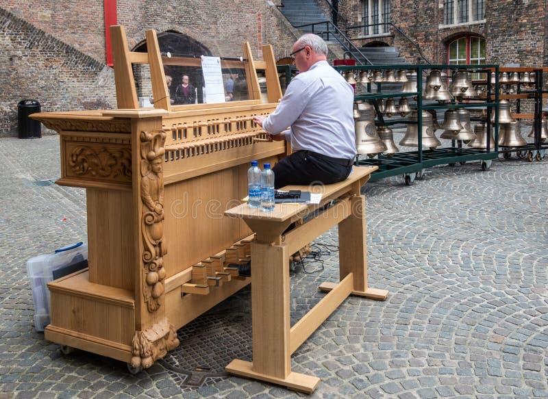 Le musicien joue le carillon à Bruges, Flandre, Belgique image libre de droits