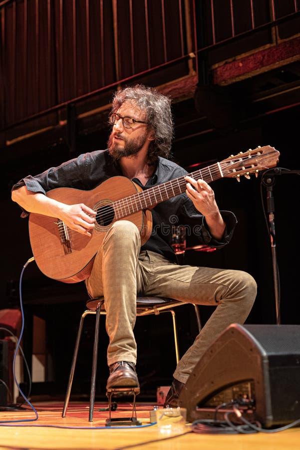 Le musicien joue la guitare brésilienne de 7 ficelles sur une étape photo stock