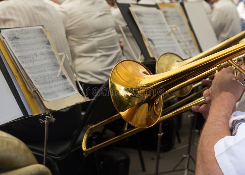 Le musicien joue la trompette dans l'orchestre photographie stock