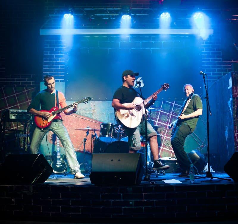 Le musicien joue une guitare photos libres de droits