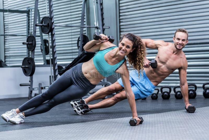 Le muskulösa par som gör sidoplankan arkivfoto