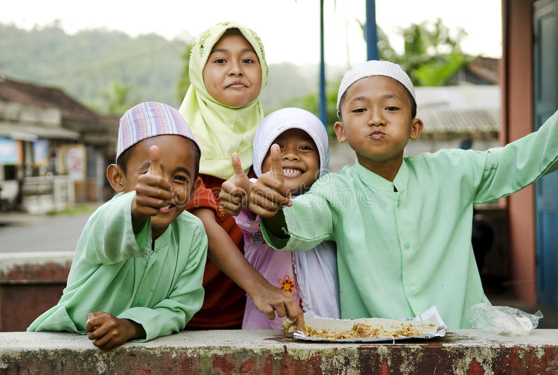 Le muslimbarn i bali indonesia arkivbilder