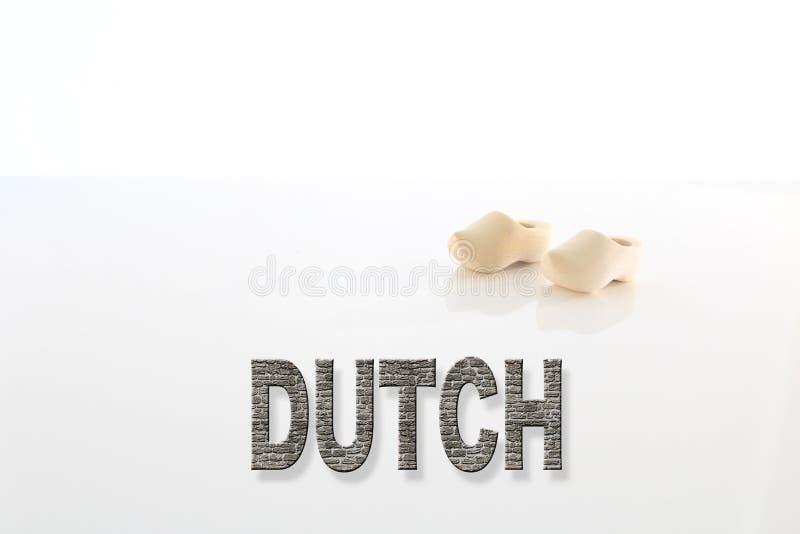 Le Néerlandais exprime la typographie avec une paire de chaussures en bois photos libres de droits
