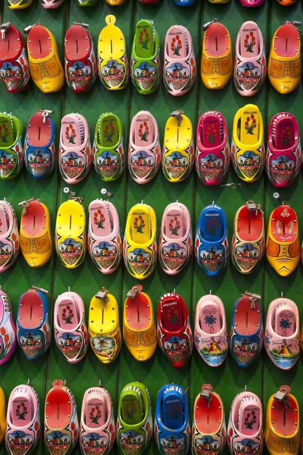 Le Néerlandais minuscule obstrue en vente comme des souvenirs sur un marché en plein air local à Amsterdam photos stock