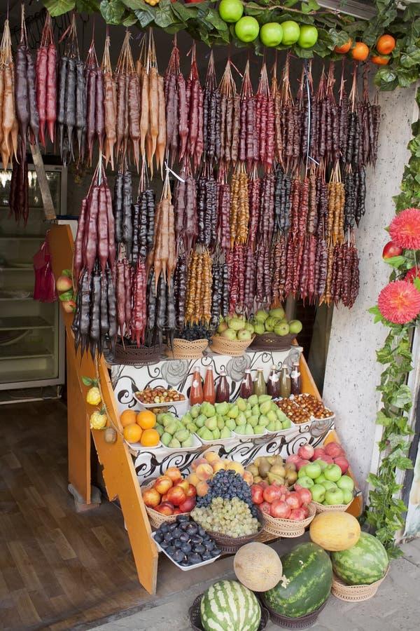 Le négociant de fruit de boutique sur la rue de Tbilisi photos stock