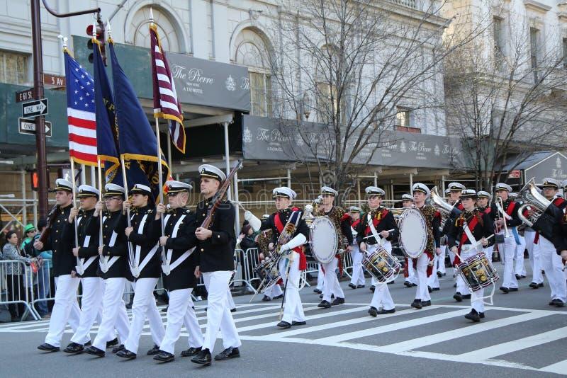 Le négociant Marine Academy des Etats-Unis marchant au défilé de jour du ` s de St Patrick à New York image stock