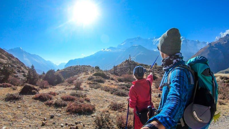Le Népal - un trekking de couples dans le circuit d'Annapurna photographie stock libre de droits
