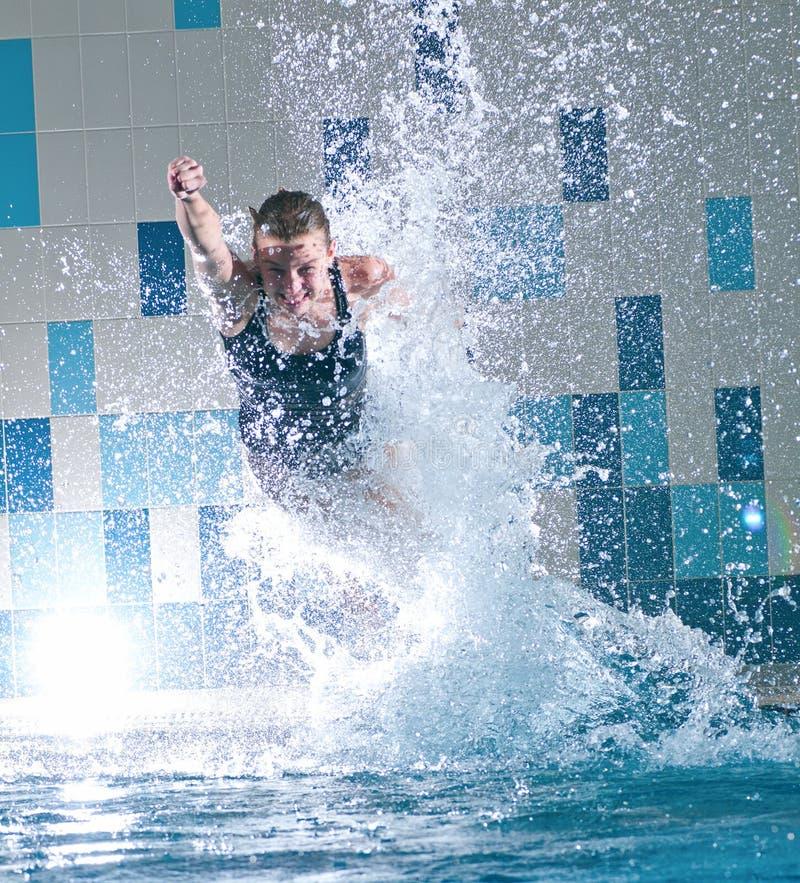 Le nageur sautant dans la piscine photos stock