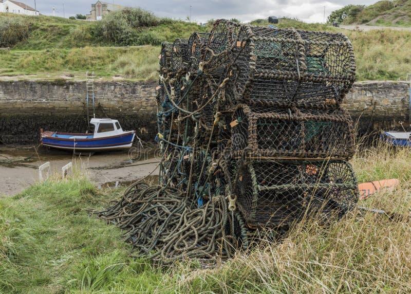 Le nasse per crostacei hanno impilato su pronto per il carico sul peschereccio immagine stock libera da diritti