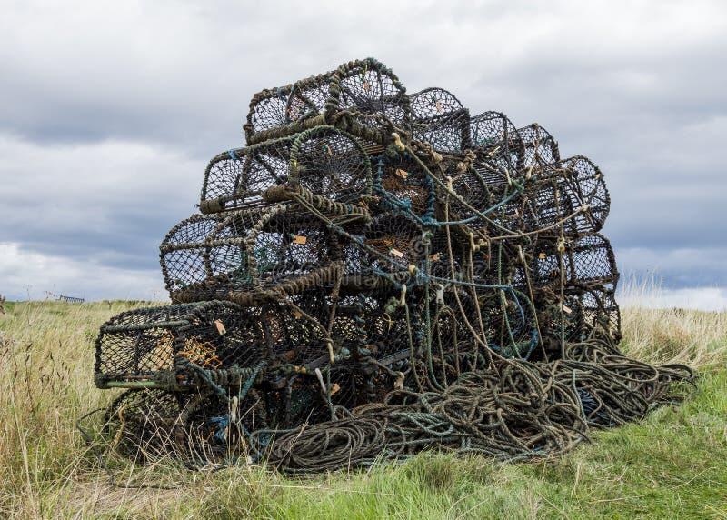 Le nasse per crostacei hanno impilato su pronto per il carico sul peschereccio fotografia stock libera da diritti