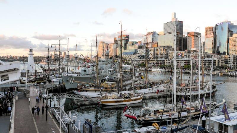 Le navi australiane storiche attraccano al porto davanti al museo marittimo nazionale australiano immagine stock