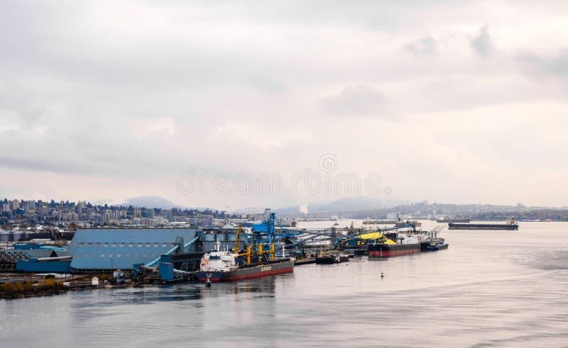 Le navi da carico si sono messe in bacino o si ancorate vicino a Vancouver del nord, BC, il Canada immagine stock