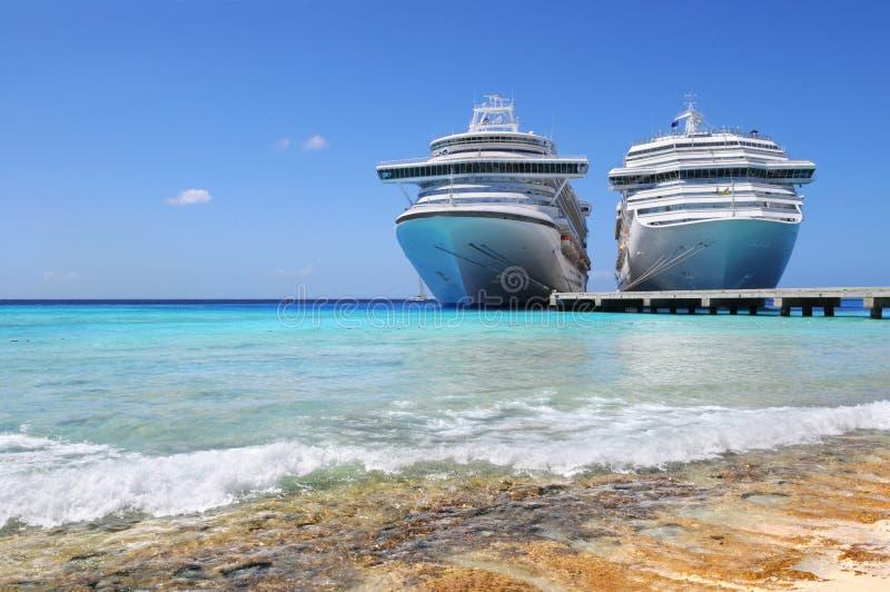 Le navi da crociera si sono messe in bacino nell'isola del Caicos immagini stock libere da diritti