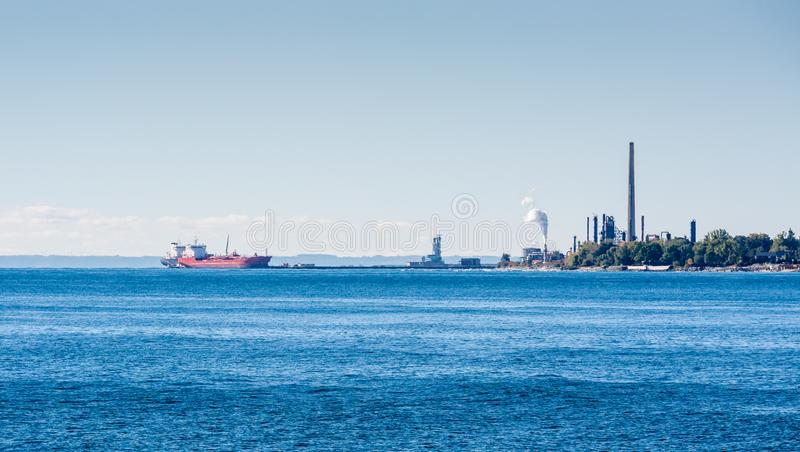 Le navi di autocisterna si sono messe in bacino nella pianta dei lubrificanti sul lago Ontario fotografia stock