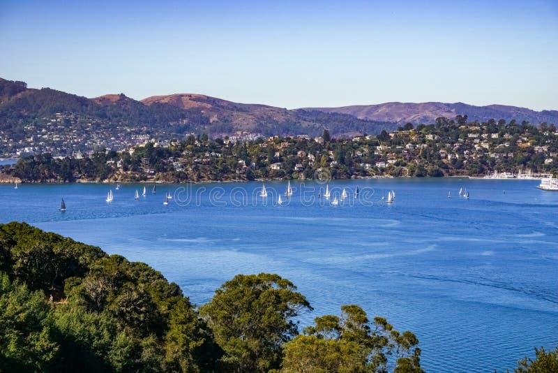 Le navi navigano nella baia un chiaro giorno di autunno, San Francisco Bay, la California di belvedere fotografie stock libere da diritti