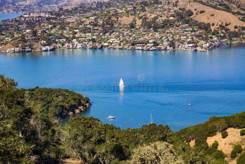 Le navi navigano nella baia un chiaro giorno di autunno, San Francisco Bay, la California di belvedere fotografia stock