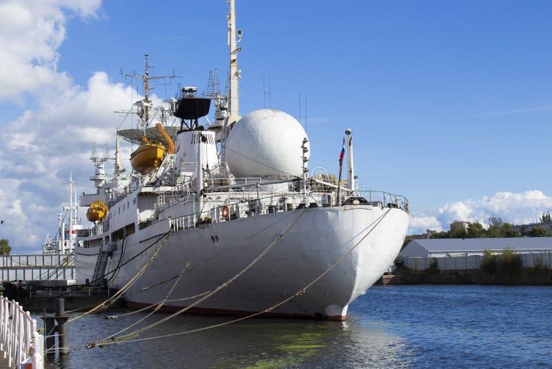 Le navire blanc de recherches est amarré 8 photographie stock libre de droits