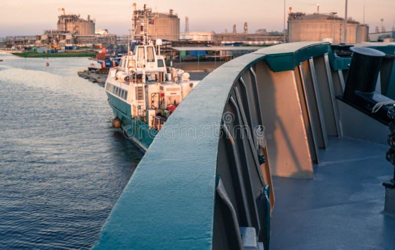 Le navire marin est côté droit morred à côté de couchette photographie stock