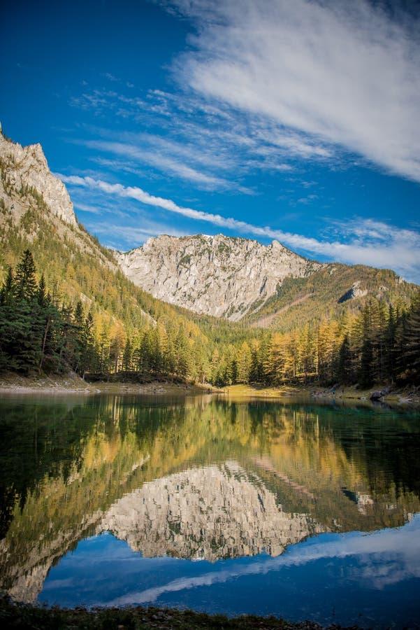 Le ner de ¼ de Grà voient le lac vert images libres de droits