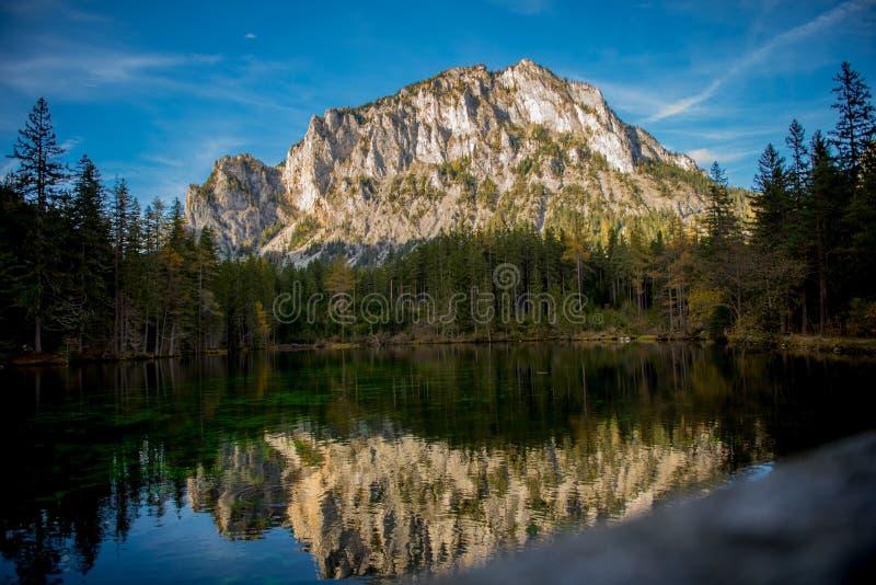 Le ner de ¼ de Grà voient le lac vert image stock