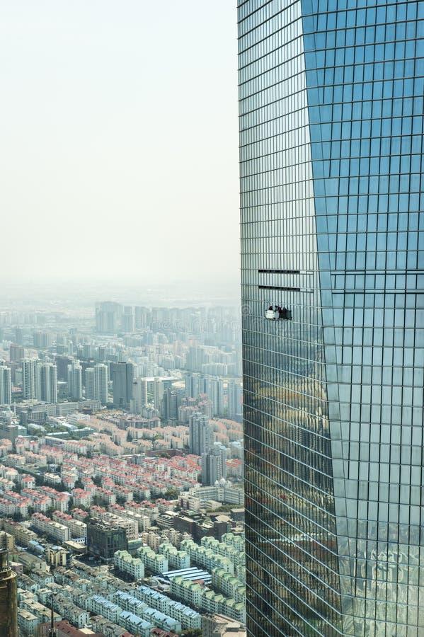 Nettoyage de vitres à Changhaï images libres de droits