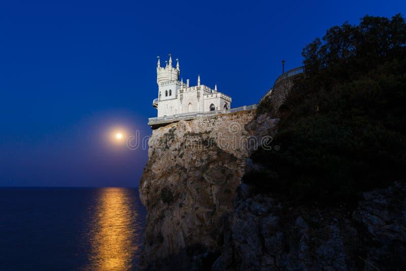 Le nid de l'hirondelle la nuit dans le clair de lune image stock