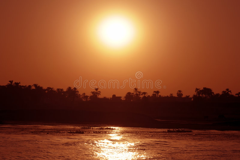 le Nil au-dessus du coucher du soleil de fleuve photographie stock