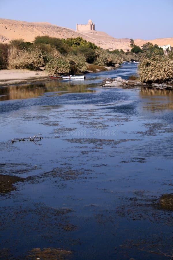 Le Nil Bleu étonnant Avec Deux Petits Bateaux à L Orientation Images libres de droits