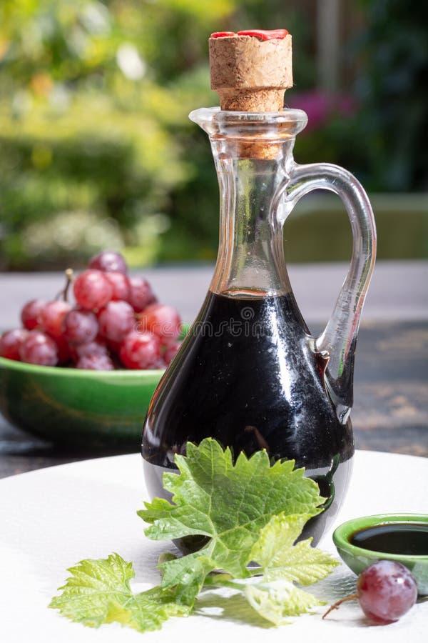 Le noir a vieilli le vinaigre balsamique naturel s'habillant de Modène, Italie photos libres de droits