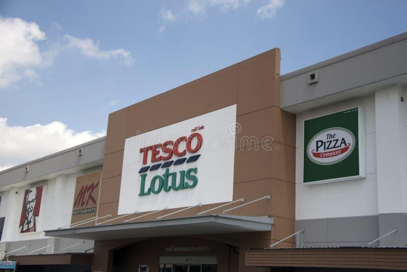 Le nom de signe sur le panneau de la lumière du jour à Tesco Lotus Discount Store sur le fond de ciel bleu image libre de droits
